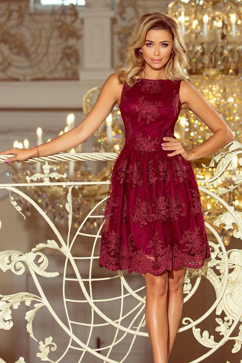 9911d7fea8 numoco DORLIN Ekskluzywna rozkloszowana sukienka z haftem - BORDOWA ...
